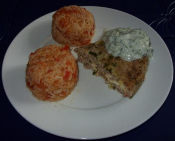 Hackfleischtorte mit Tomaten-Reis und Tsatsiki-Sauce - Rezept