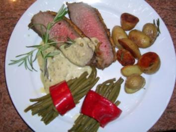 Roastbeef  mit leckerer  Pfefferkruste, gebratene Bohnen im Paprikaring, Rosmarinkartoffeln und grüne Pfeffersauce - Rezept