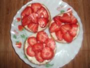Zwieback mit Honigkäse und Erdbeeren - Rezept