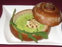 Samtsuppe von Rucola mit Pinienkernen im Brotlaib - Rezept
