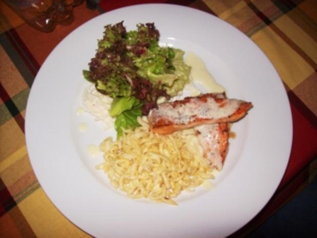 Lachsfilet mit selbstgemachten Spätzle Sahnezitronensoße und Salat - Rezept