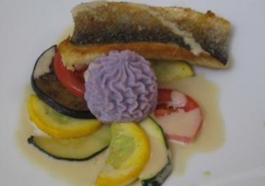 Wolfsbarschschnitte im Gemüsefächer auf violettem Kartoffelpüree und Rosmarinsoße - Rezept
