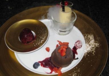 Gateau au chocolat mit Olivenöl und Rosmarin auf Himbeerragout - Rezept