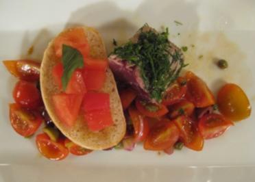 Tunfisch auf Tomatensalat mit Bruschetta - Rezept