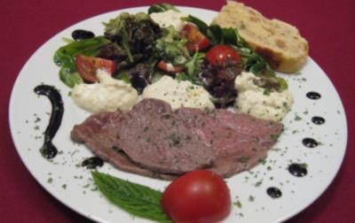 Backofencarpaccio an Salat, Creme-fraiche-Wölkchen und Walnusskrüstchen - Rezept