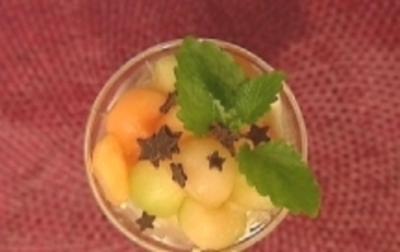 Dreierlei Melonenbällchen auf hausgemachtem Vanillepudding - Rezept