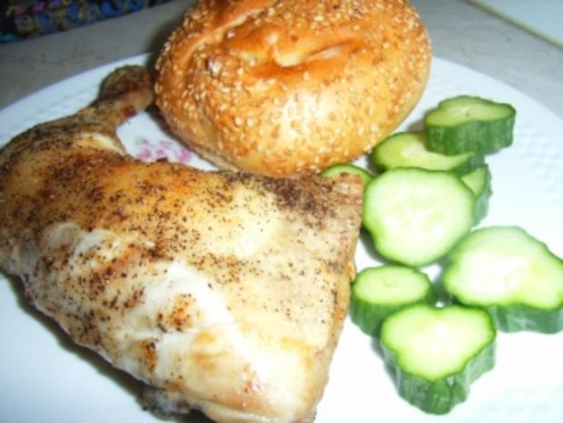 Hähnchenkeule in schwarzer Lackkorsage an Sesambrötchen und Gurkenscheiben - Rezept