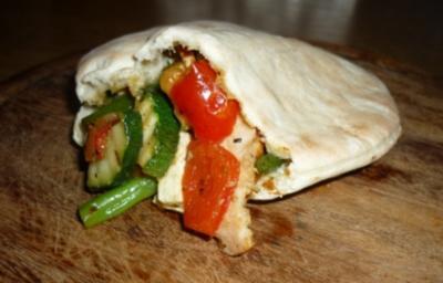 Rezept: Pitabrot mit Gemüse-Hähnchen-Feta-Füllung