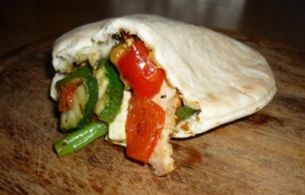 Pitabrot mit Gemüse-Hähnchen-Feta-Füllung - Rezept