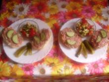 Mettbrötchen mit lecker Tomaten-Gurken-Käse-Salat - Rezept