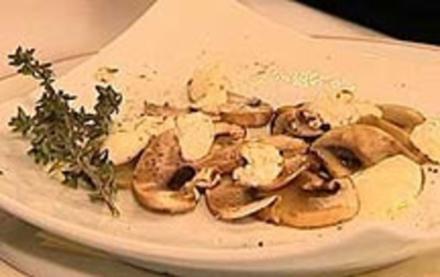 Gebackene Champignons mit Mozzarella, Schafskäse und Thymian - Rezept