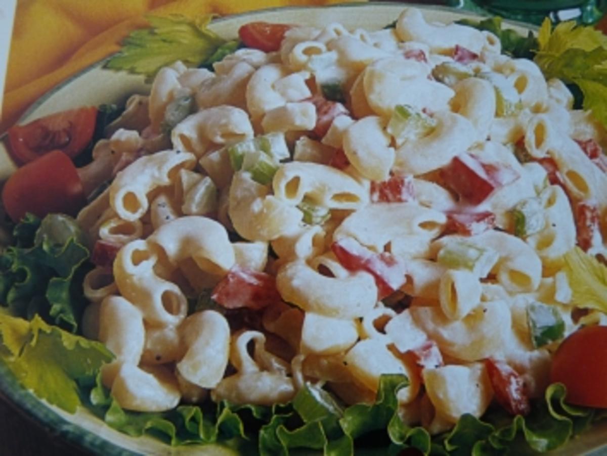 Sommer Nudelsalat mit geröstetem Gemüse Rezept | Elle