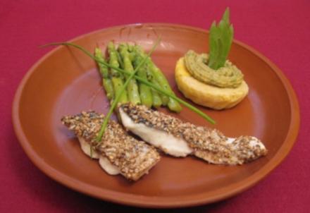 Eier in Pinienkernpesto zu Fischhäppchen in Koriander-Kruste und Spargel - Rezept