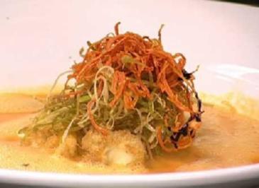 Süppchen von Paprika mit Mozzarella und frittierten Gemüsestreifen - Rezept