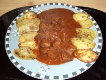 Scharfes Rindergulasch an gebackenen Kartoffeln - Rezept