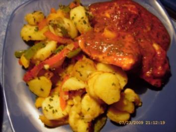 In Tomatensauce geschmorte Hähnchenbrust an bunten Bratkartoffeln - Rezept