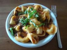 Gefüllte Tortellini  mit Champignons und Tomaten- Mozzarella- Soße - Rezept