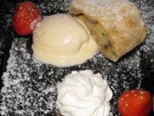 Apfelstrudel mit Vanilleeis, frischen Erdbeeren und Schlagsahne - Rezept