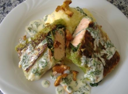 Lachs im Wirsingblatt mit frischen Pfifferlingen und Basilikumschaum - Rezept