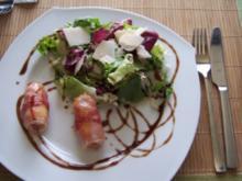 Gebratener Schafskäse im Speckmantel auf Rucola-Pramesan-Salat - Rezept