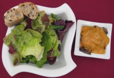 Blattsalate mit gebratenen Champignons und Olivenbrot - Rezept