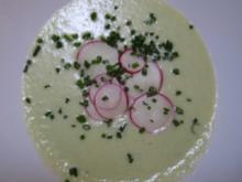 Geeiste Gurkensuppe mit Parmesan-Sesamtaler und frischem Brot - Rezept