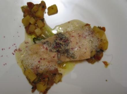 Wildlachs auf Lauchzwiebeln und Kartoffelsud mit Trüffel-Prosecco-Schaum - Rezept