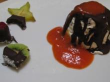 Schokokusseis mit Schokolasur auf Erdbeerspiegel an schokomelierten Früchten - Rezept