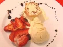 Holunderblütenparfait mit marinierten Erdbeeren - Rezept