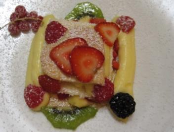 Blätterteig gefüllt mit Vanillecreme und Erdbeeren, geteilt durch einen mit Fruchtlikör getränkten Biskuitboden - Rezept