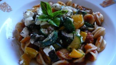 Pasta mit Tomatensosse,gegrilltem Gemüse und Schafskäse - Rezept