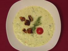 Kalte Gurkensuppe mit warmen Knoblauchcroutons - Rezept