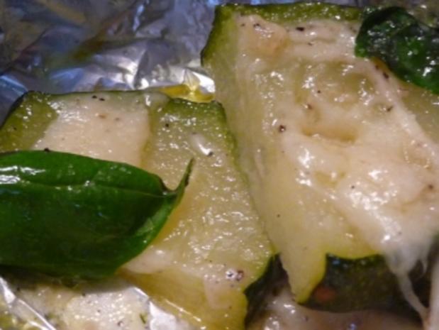 Zucchini m. Mozarella + Basilikum (gegrillt) - Rezept