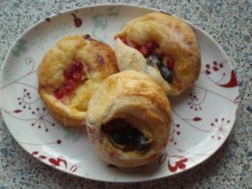Plunderschnecken mit Pudding, Ribisel und Heidelbeeren - Rezept