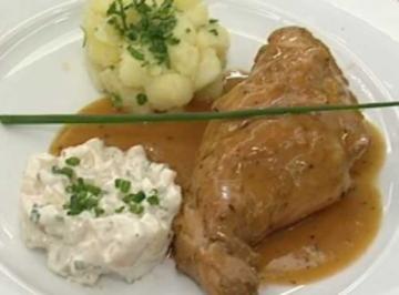 In Roséwein geschmortes Hauskaninchen mit Salat vom Sellerie und Petersilienkartoffeln - Rezept