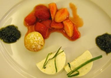 Joghurtterrine mit karamellisierten Erdbeeren an Rhabarberküchlein und Minzpesto - Rezept