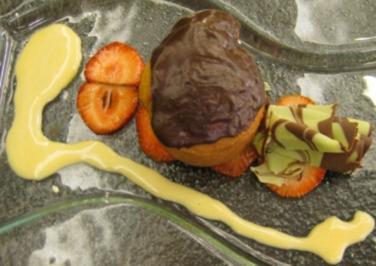 Rhabarbermuffin auf Erdbeercarpaccio mit weißer Kaffeesoße - Rezept