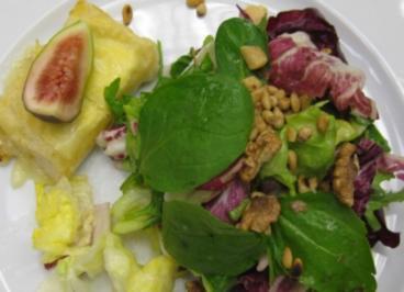Frühlingssalat mit gerösteten Nüssen, Ziegenkäse im Brickteig und Kartoffelchips - Rezept