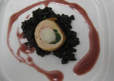 Gefüllte Perlhuhnbrust mit Scampi auf Belugalinsen und Rotweinsoße - Rezept