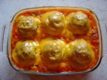 Gefüllte Tomaten mit Hack baden in Ajvar-Sauce - Rezept