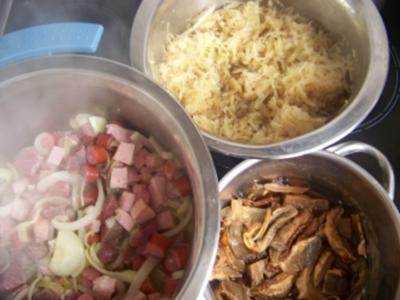 Bigos: Weißkohl-Sauerkraut-Eintopf mit Steinpilzen und Trockenpflaumen - Rezept