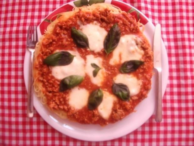 Bolognese-Pasta-Pizza mit Basilikum - Rezept