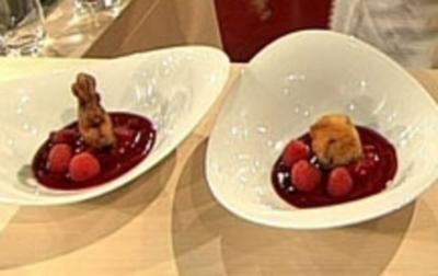 Schokoladenkrapfen mit Himbeeren auf Fruchtspiegel - Rezept - Bild Nr. 9