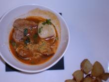 Schweinefilet mit Venusmuscheln in Paprika-Knoblauchpüree und Kartoffelwürfeln - Rezept