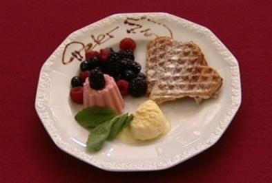 Geeiste Erdbeeren Romanow mit Zimtwaffel, Vanilleeis und Früchten (Peter Orloff) - Rezept