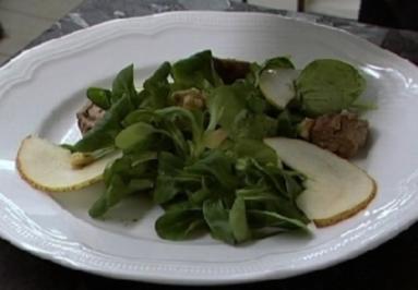 Rezept: Roastbeefschnecken an Feigensenf auf Feldsalat und Birnen