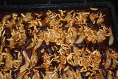 Birnen-Blechkuchen mit Schokoboden und Mandelsplittern - Rezept
