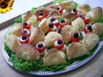 Nickys griechische Fingerfoodplatte mit Feta - Blätterteigtaschen und Tzatziki - Tomaten - Rezept
