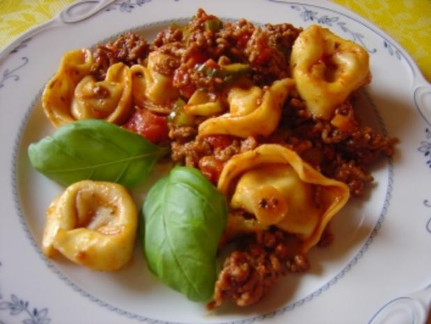 Tortellini-Hackpfanne mit Tomaten, Gurke und Knofi - Rezept