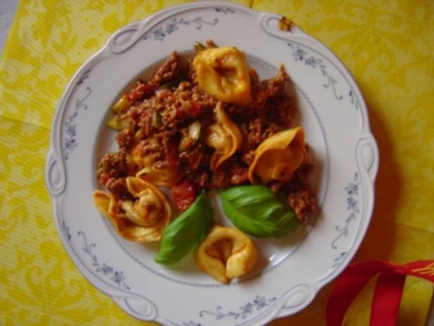 Tortellini-Hackpfanne mit Tomaten, Gurke und Knofi - Rezept - Bild Nr. 2